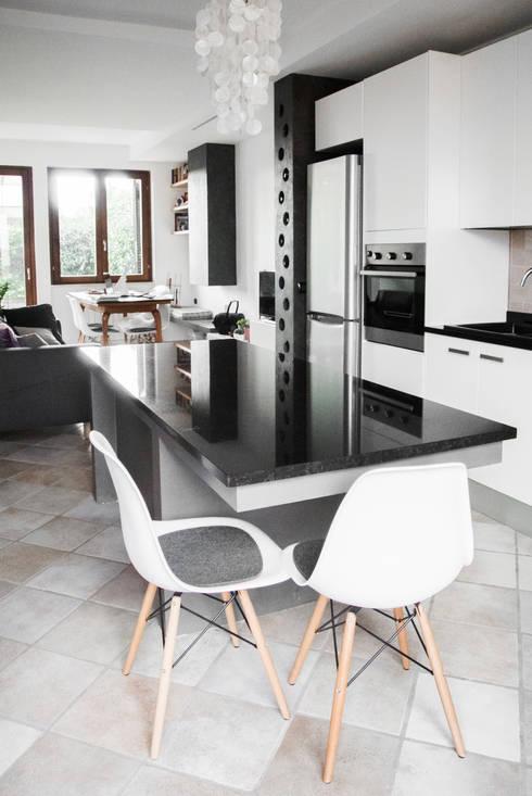 Progetto di interni per una casa a schiera: Cucina in stile in stile Scandinavo di CAFElab studio