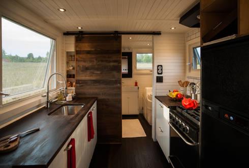 Greenmoxie Tiny House: minimalistic Kitchen by Greenmoxie Magazine