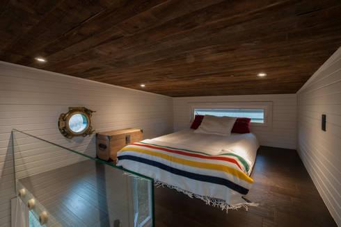 Greenmoxie Tiny House: minimalistic Bedroom by Greenmoxie Magazine
