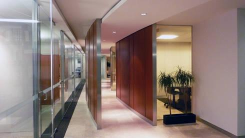 Notaria 85: Estudios y oficinas de estilo moderno por Taller Plan A