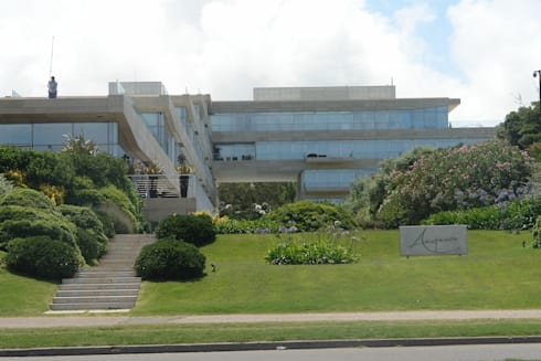 Edificio Acqua Punta del Este: Jardines de estilo moderno por NATURHABITAT SA DE CV