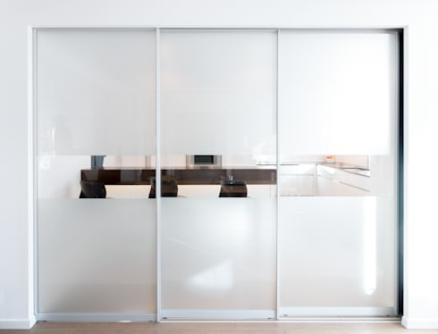 Küche mit abtrennung durch gleitschiebetüren moderne küche von klocke möbelwerkstätte gmbh