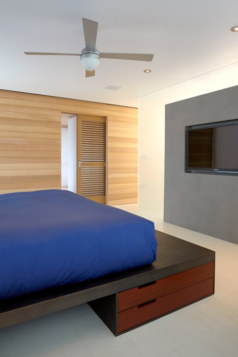 Beach Walk House: modern Bedroom by SPG Architects