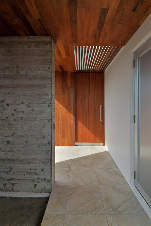 ポーチ: プラソ建築設計事務所が手掛けた家です。