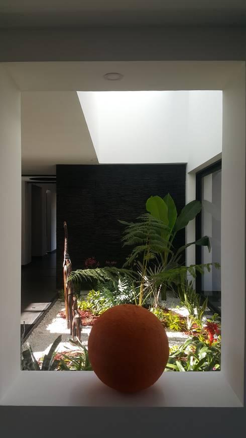 Jardines de estilo  por Camilo Pulido Arquitectos