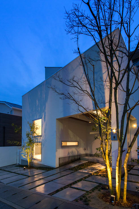 「坂道の小さな家」: Kenji Yanagawa Architect and Associatesが手掛けた家です。