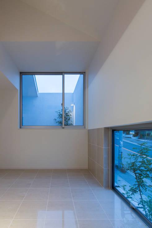 「坂道の小さな家」: Kenji Yanagawa Architect and Associatesが手掛けたリビングです。