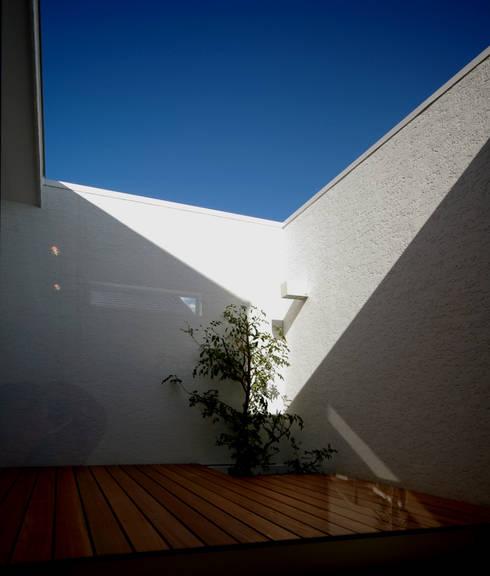 「坂道の小さな家」: Kenji Yanagawa Architect and Associatesが手掛けたベランダです。