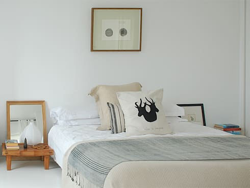 De Waterkant Townhouse: minimalistic Bedroom by Deirdre Renniers Interior Design