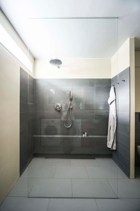 Ruime inloopdouche: modern Bathroom by B1 architectuur