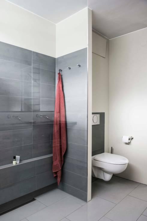 Wc achter wandscherm: modern Bathroom by B1 architectuur