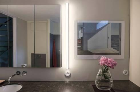 Verlichting naast de spiegel: modern Bathroom by B1 architectuur