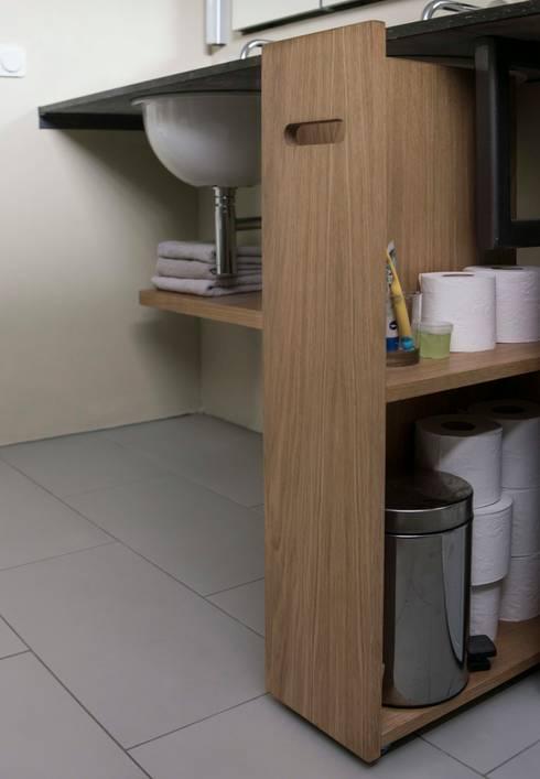 Opbergruimte onder het wastafelblad: modern Bathroom by B1 architectuur