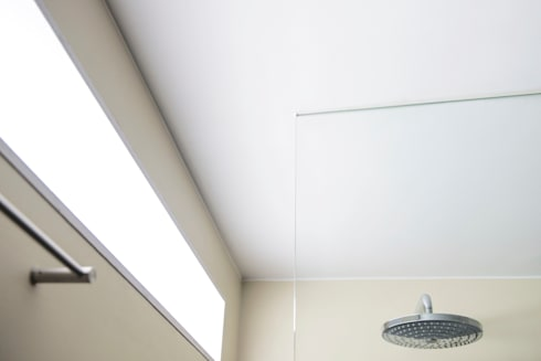 Regendouche uit de muur: modern Bathroom by B1 architectuur