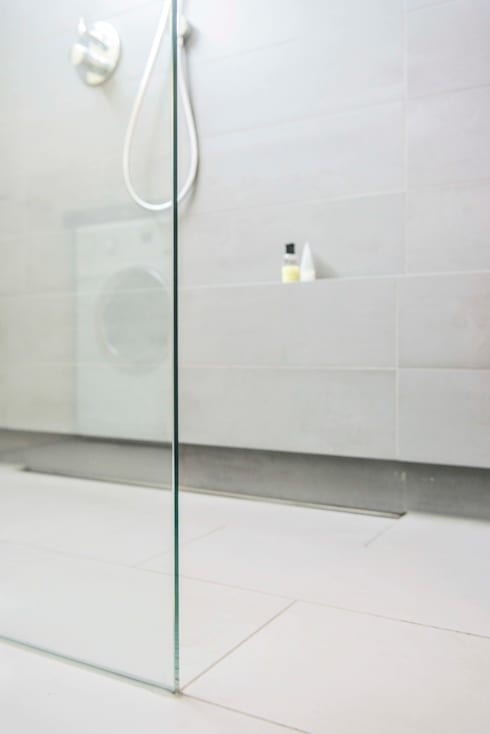 Inloopdouche met omtegeld planchet: modern Bathroom by B1 architectuur