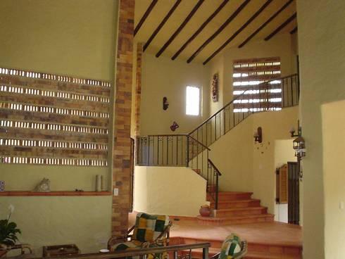 ACCESO A SEGUNDO PISO: Salas de estilo ecléctico por ARMANDO PRIETO - ARQUITECTO