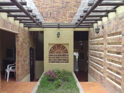 HALL DE ALCOBAS: Habitaciones de estilo ecléctico por ARMANDO PRIETO - ARQUITECTO