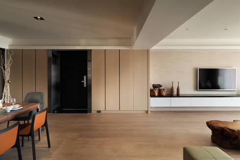 光復大廈:  走廊 & 玄關 by AIRS 艾兒斯國際室內裝修有限公司