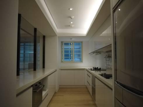 民生華廈:  廚房 by AIRS 艾兒斯國際室內裝修有限公司