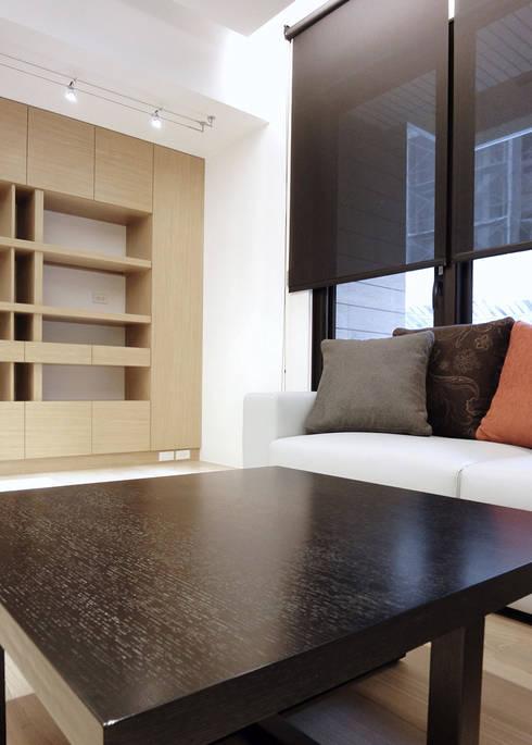 森之丘:  客廳 by AIRS 艾兒斯國際室內裝修有限公司