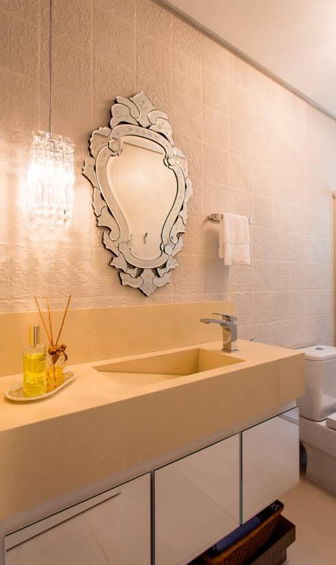 RESIDENCIAL 10: Banheiros  por Apê 102 Arquitetura