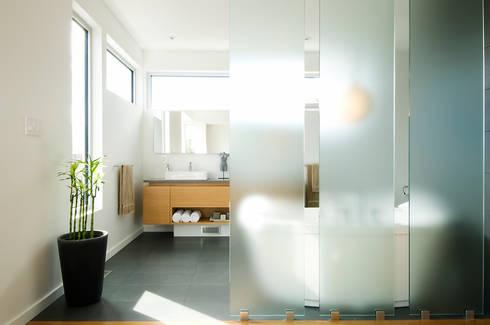 Fold Place: modern Bathroom by Linebox Studio