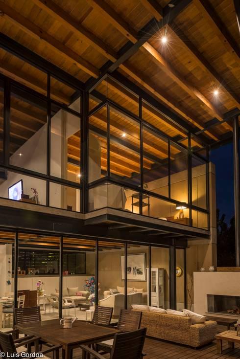 Techo de madera: Casas de estilo moderno por arquitecturalternativa