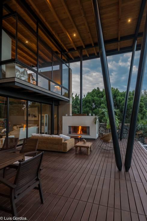 chimenea: Terrazas de estilo  por arquitecturalternativa