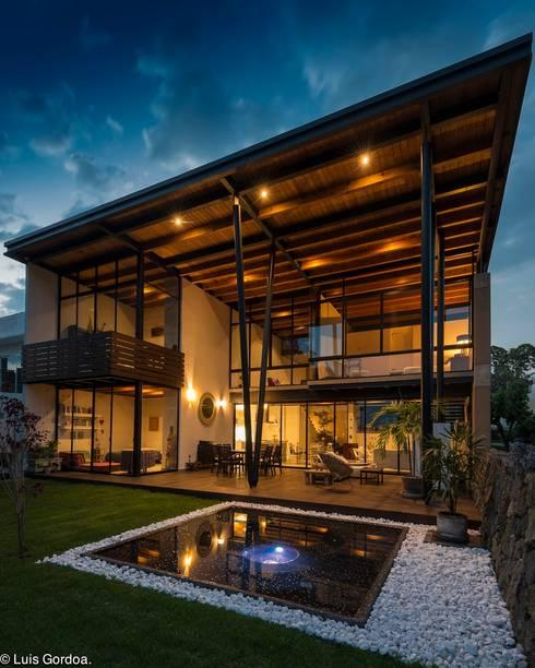 Fachada sur: Casas de estilo moderno por arquitecturalternativa
