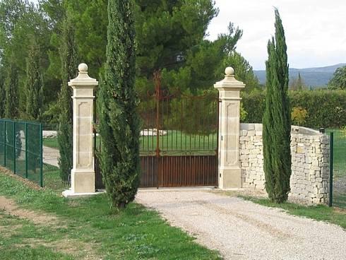embellir l 39 entr e d 39 une propri t avec un joli portail et ses piliers en pierre par provence. Black Bedroom Furniture Sets. Home Design Ideas