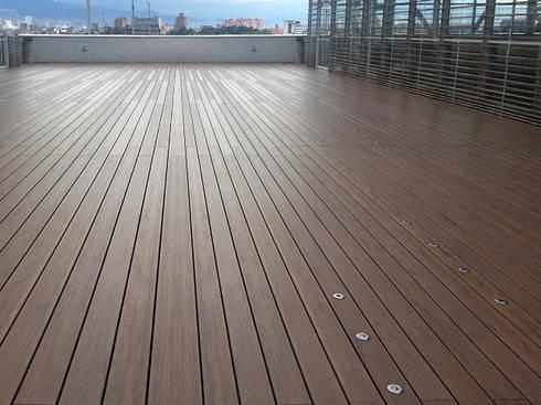 Decks plásticos decorativos para exteriores e interiores: Paredes y suelos de estilo  por Maderplast S.A.