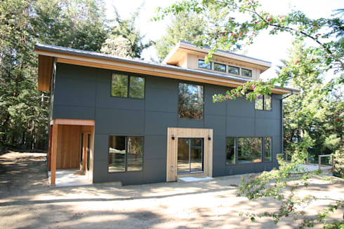 Modern design with panel siding.: modern Houses by Linwood Green Homes
