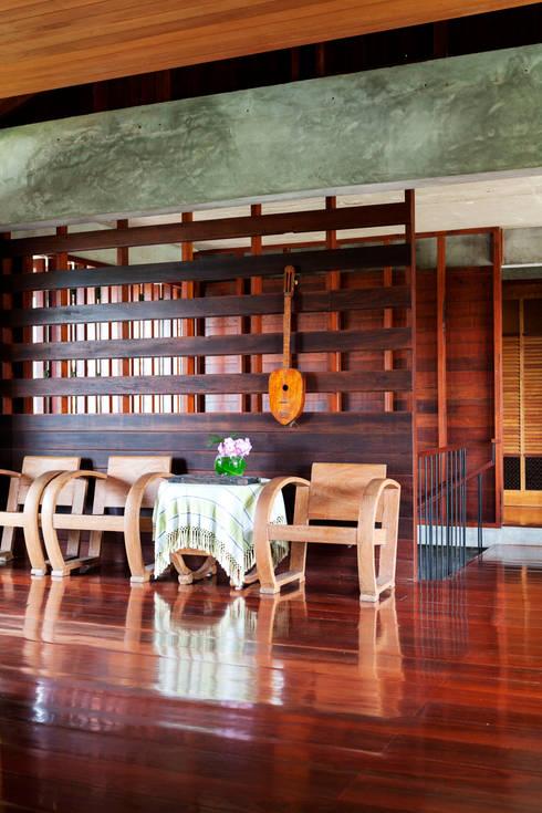 Baan Kong ( Grandfather's house):  ห้องนั่งเล่น by บริษัท สถาปนิกชุมชนและสิ่งแวดล้อม อาศรมศิลป์ จำกัด