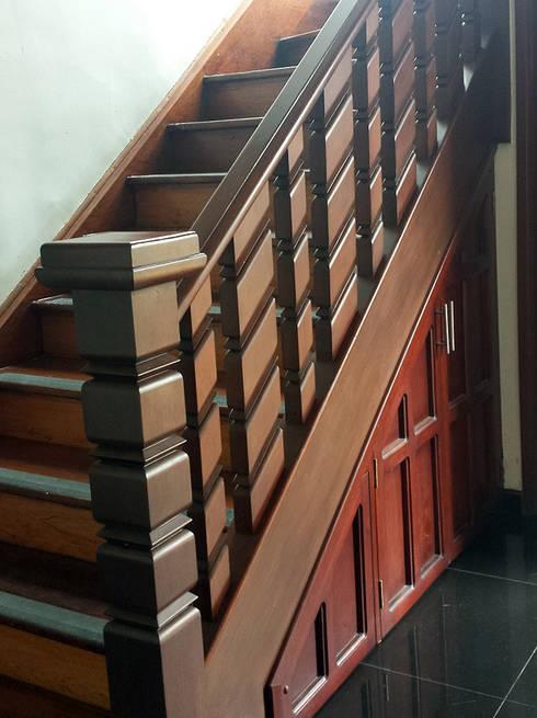Escaleras en madera plástica : Vestíbulos, pasillos y escaleras de estilo  por Maderplast S.A.