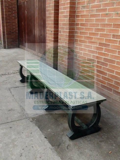Bancas y sillas plásticas para interiores y exteriores: Jardín de estilo  por Maderplast S.A.
