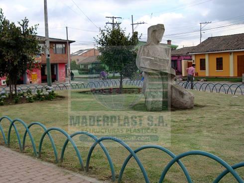 Cerramientos para jardines: Jardín de estilo  por Maderplast S.A.