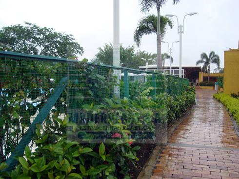 Cerramientos con postes y malla metálica: Jardín de estilo  por Maderplast S.A.