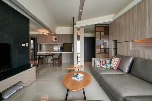 金屬線條與燈槽造型上下呼應增加設計亮點 :  客廳 by 青瓷設計工程有限公司