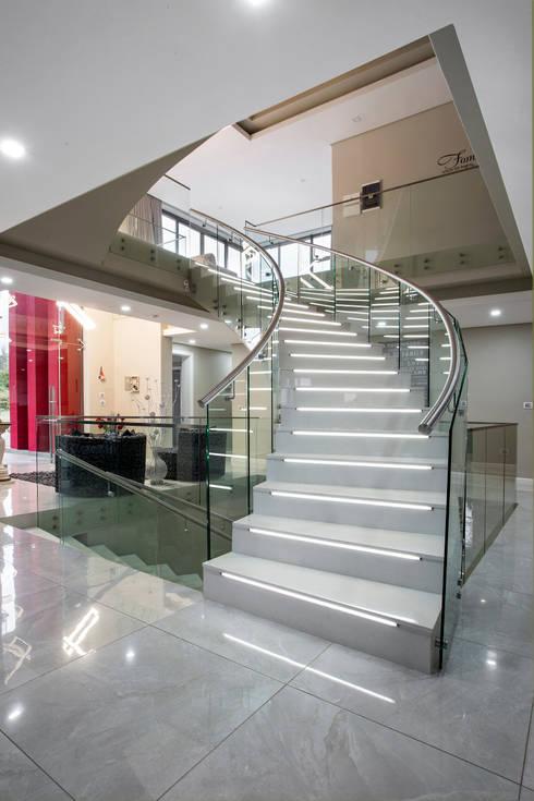 Ultra modern :  Corridor & hallway by FRANCOIS MARAIS ARCHITECTS