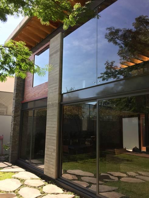 Ampliación en <q>Los Frailes</q>: Casas de estilo moderno por Taller Luis Esquinca