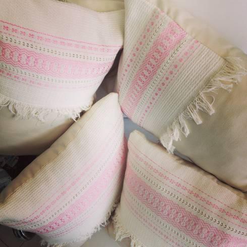 Artesanales en rosa: Recámaras de estilo ecléctico por Blumenhaus