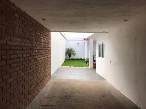 """Hardscape """"M+O"""": Jardines de estilo moderno por [GM+] Arquitectos"""