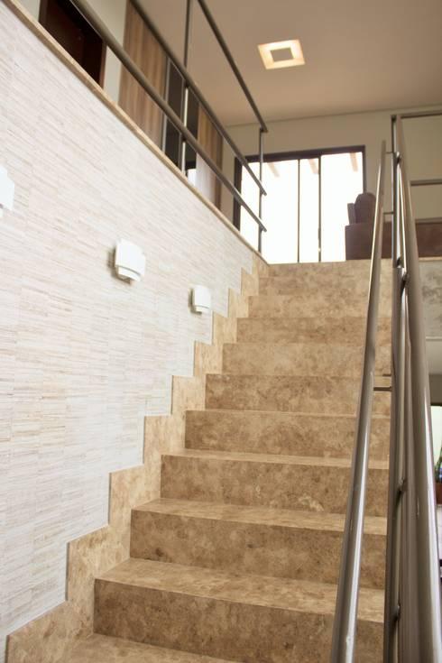 Residência Baes: Corredores e halls de entrada  por Pz arquitetura e engenharia