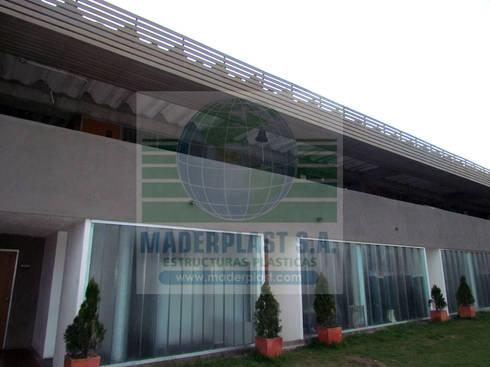 Fachadas y pérgolas plásticas decorativas: Jardín de estilo  por Maderplast S.A.