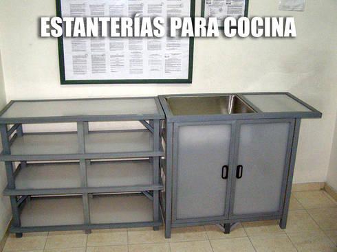 Venta de estanterías, gabinetes y muebles para cocina: Cocina de estilo  por Maderplast S.A.