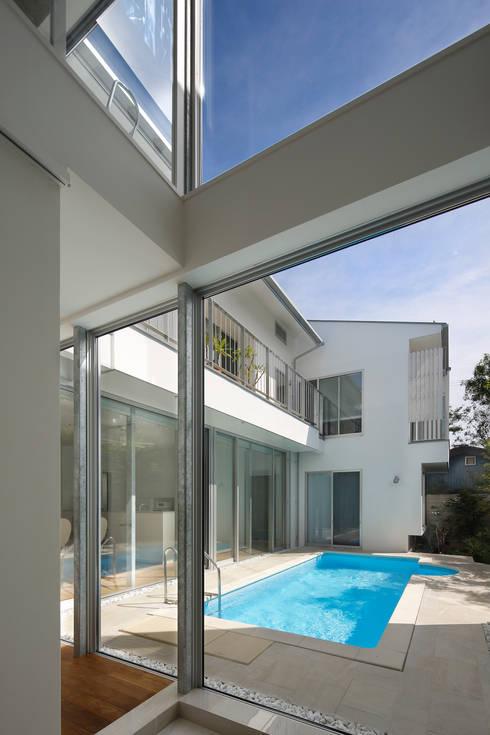 「水と光のある暮らし」吉祥寺のプールハウス 玄関: TAMAI ATELIERが手掛けた家です。
