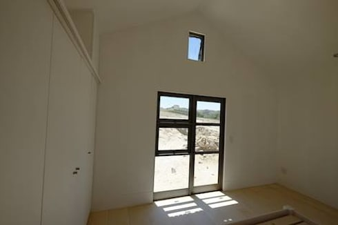 50m2 Sugar Gum Cladded home with decking—work in progress.: scandinavian Bedroom by Greenpods