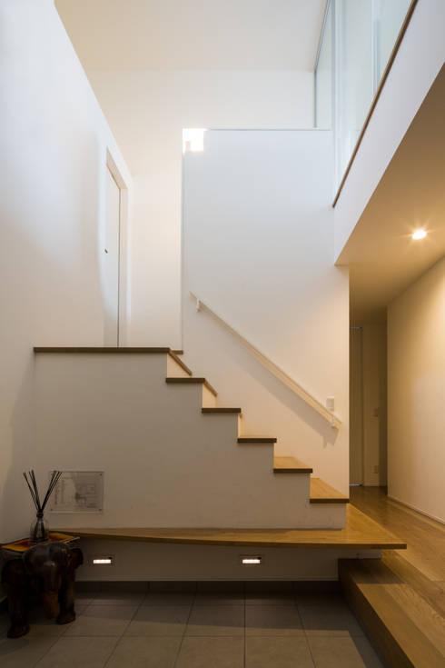 アイストップの家: Kenji Yanagawa Architect and Associatesが手掛けた廊下 & 玄関です。