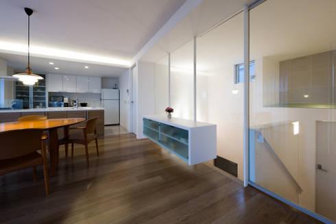 アイストップの家: Kenji Yanagawa Architect and Associatesが手掛けたダイニングです。