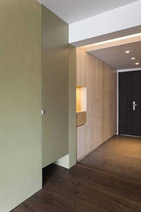 十畝之間:  走廊 & 玄關 by 禾光室內裝修設計 ─ Her Guang Design